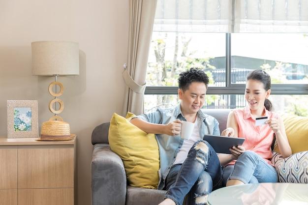 Paar thuis online winkelen