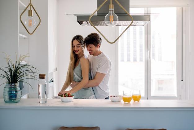 Paar thuis ontbijten