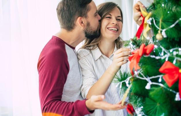 Paar thuis op kersttijd