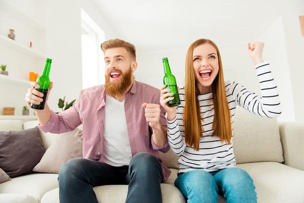 Paar thuis samen tv kijken en bier hebben