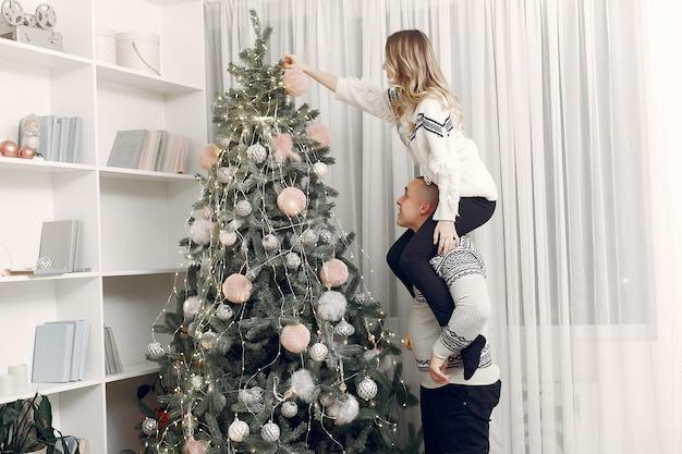 Paar tijd thuis doorbrengen met kerstversiering
