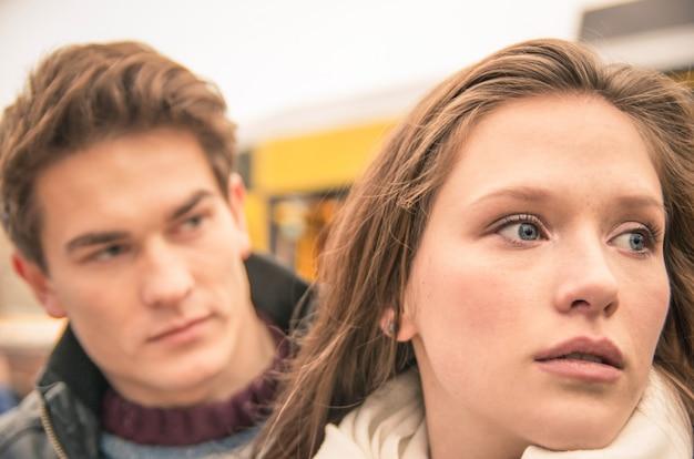 Paar tijdens break-up - trieste jonge vrouw