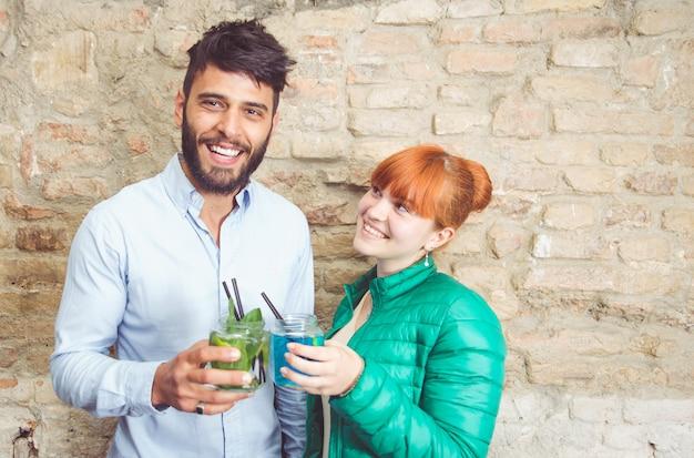 Paar toast met cocktails maken