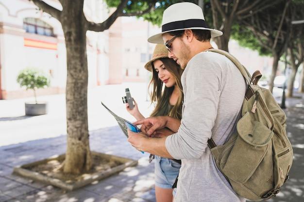 Paar toeristen die naar de kaart kijken