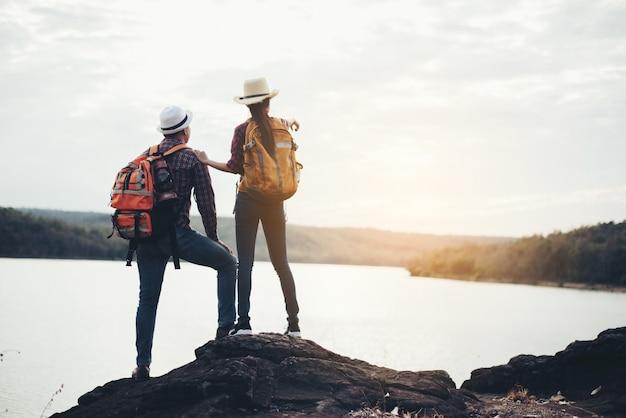Paar toeristen met rugzakken op berg