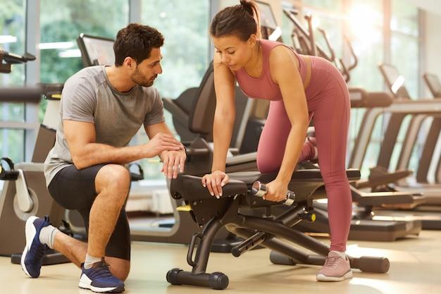 Paar trainen in de sportschool