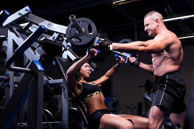 Paar trainen in een sportschool