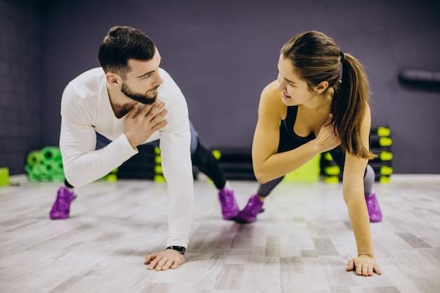 Paar trainen samen in de sportschool