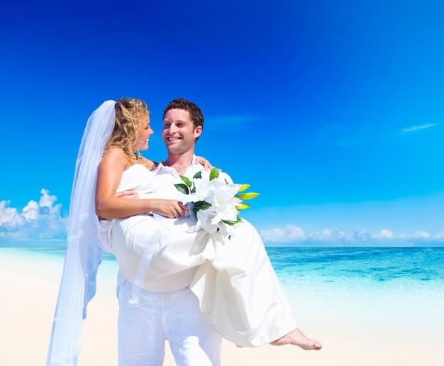 Paar trouwen op een strand in samoa