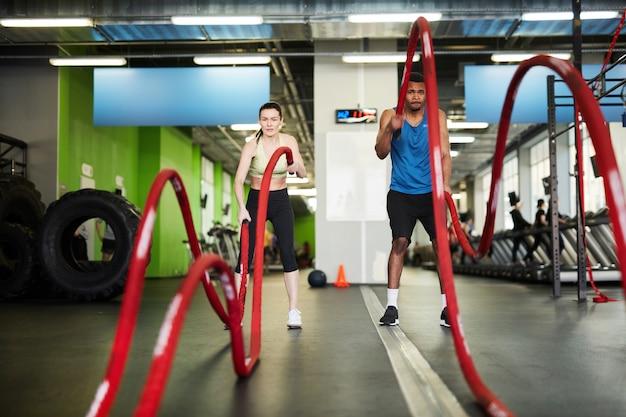 Paar uit te werken met battle ropes