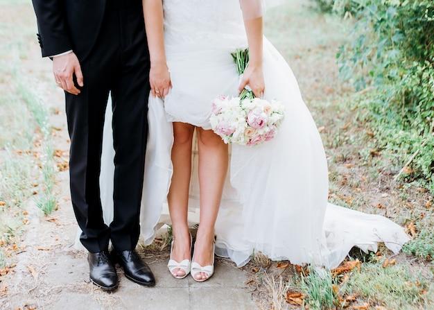 Paar van bruid en bruidegom hand in hand