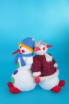Paar van de sneeuwpoppen gemaakt van textiel