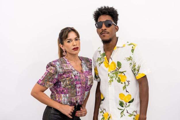 Paar van een zwarte jongen en een blank meisje op een witte achtergrond