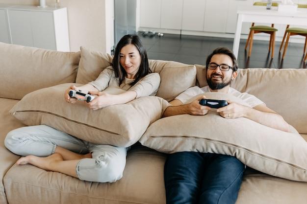 Paar van man en vrouw die een videogame spelen