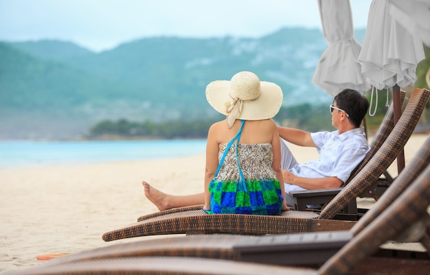 Paar van middelbare leeftijd ontspannen op chaweng beach in koh samui, thailand.
