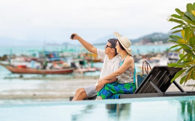 Paar van middelbare leeftijd ontspannen op lamai beach in koh samui, thailand.