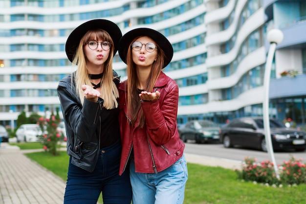 Paar van twee stijlvolle vrouw in trendy lente outfit verzenden luchtkus