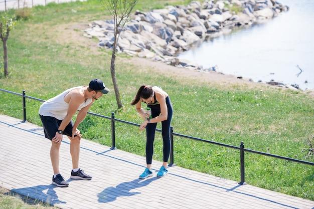Paar vangen adem in hardlopen