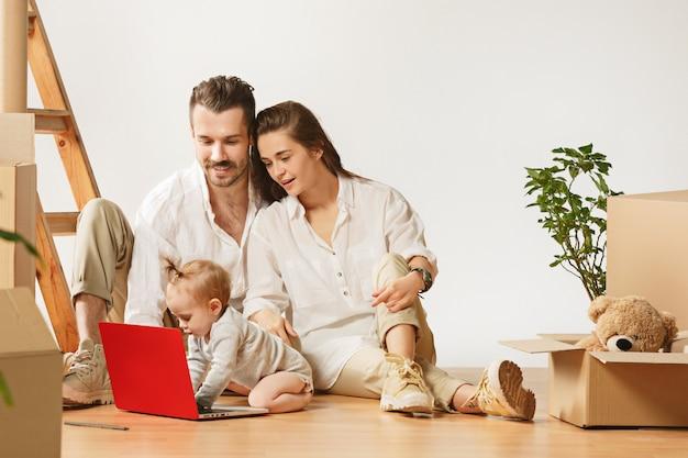 Paar verhuizen naar een nieuw huis - gelukkig getrouwde mensen kopen een nieuw appartement om samen een nieuw leven te beginnen