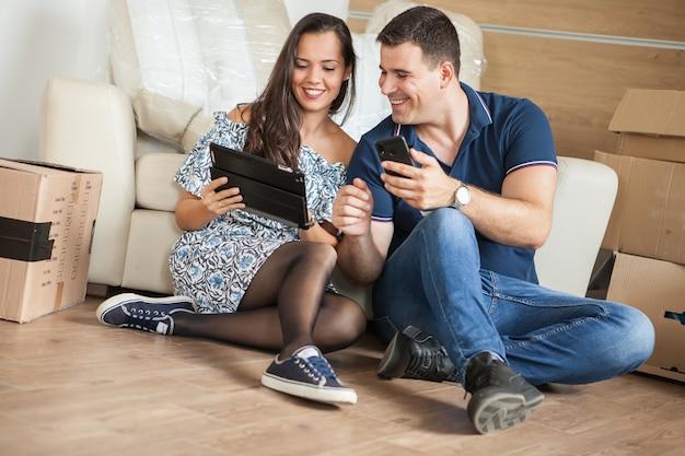 Paar verhuizen naar een nieuw huis. gelukkig getrouwde mensen kopen een nieuw appartement om samen een nieuw leven te beginnen