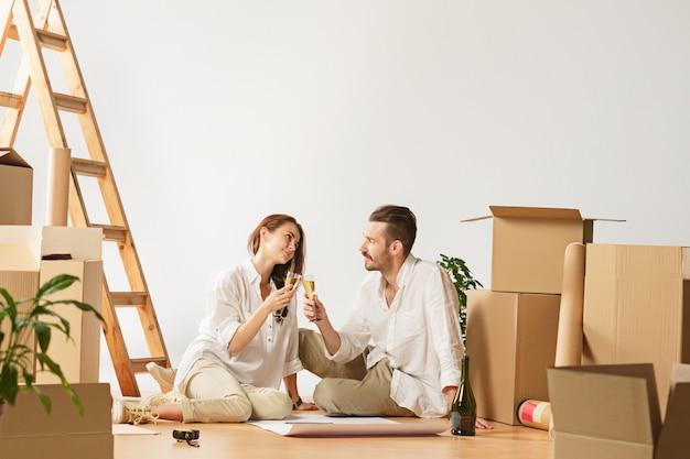 Paar verhuizen naar een nieuw huis.