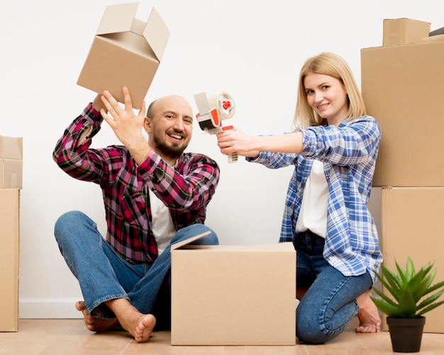 Paar verhuizen naar een nieuw huis
