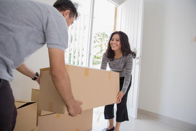 Paar verhuizen naar nieuw huis