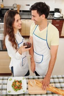 Paar verliefd diner koken