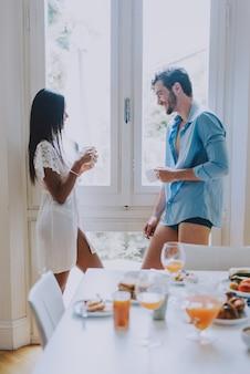 Paar verliefd eten ontbijt in de ochtend