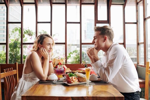 Paar verliefd genieten van diner