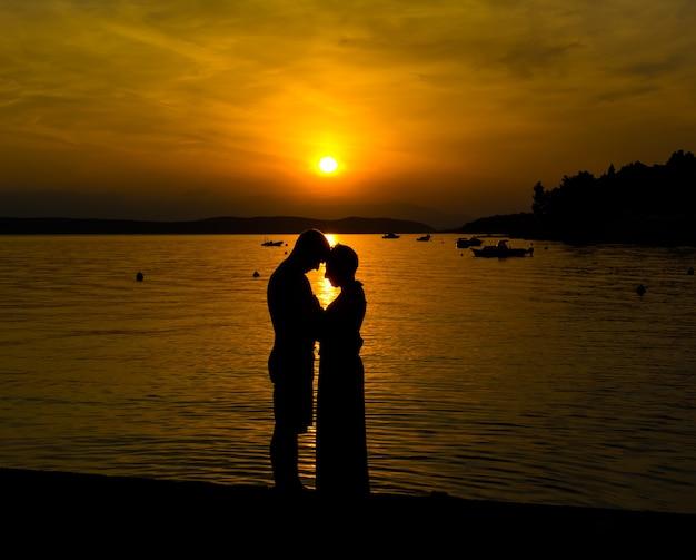 Paar verliefd genieten van romantische avond op het strand. geweldige zonsondergang