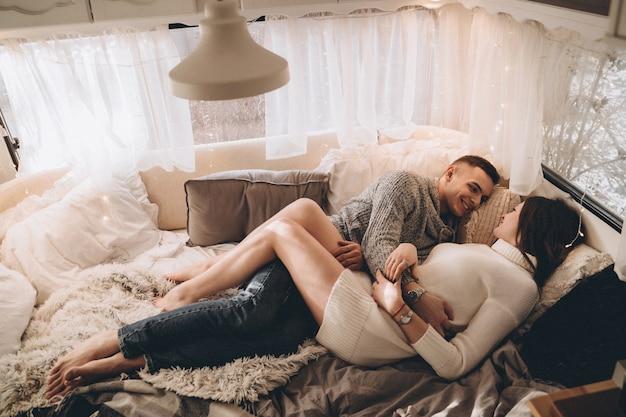 Paar verliefd in een aanhangwagen op bed