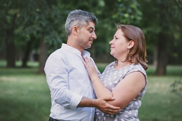 Paar verliefd in het park