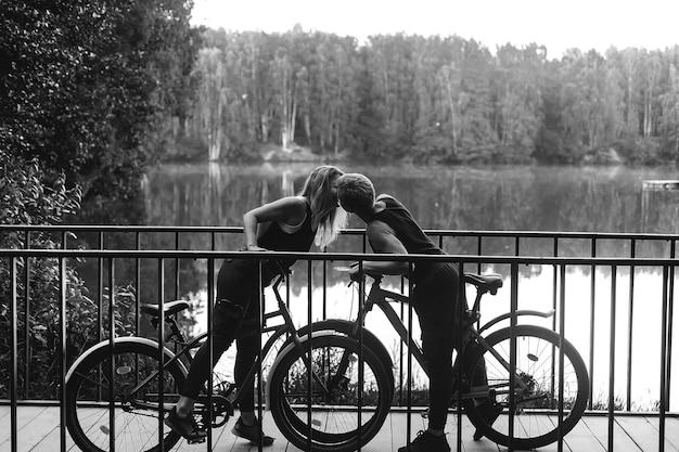 Paar verliefd in park op fietsen, zwart wit