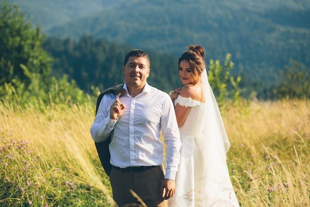 Paar verliefd knuffelen in de bergen, een jongen en een meisje