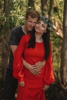Paar verliefd knuffelen op een wandeling in het bos