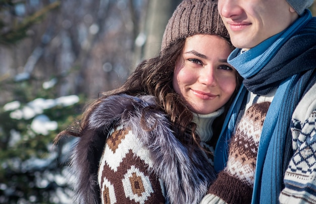 Paar verliefd knuffels in winter park
