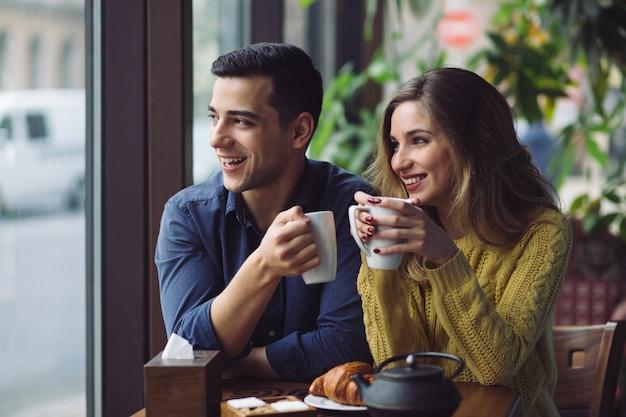 Paar verliefd koffie drinken in koffie winkel