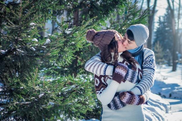 Paar verliefd kussen in winter park