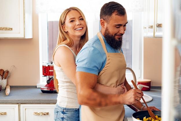 Paar verliefd maaltijd samen bereiden in de keuken