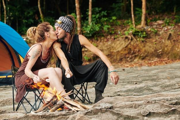 Paar verliefd marshmallows bakken