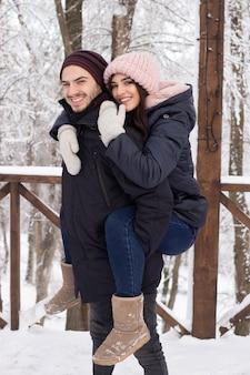 Paar verliefd met plezier in snowpark