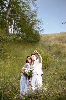 Paar verliefd omhelsde bruid en bruidegom kijken naar de hemel