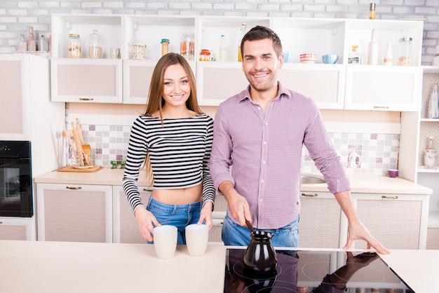 Paar verliefd ontbijt koken in de keuken