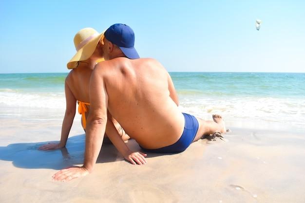Paar verliefd op de kust kussen.