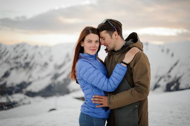 Paar verliefd op de winter in de bergen