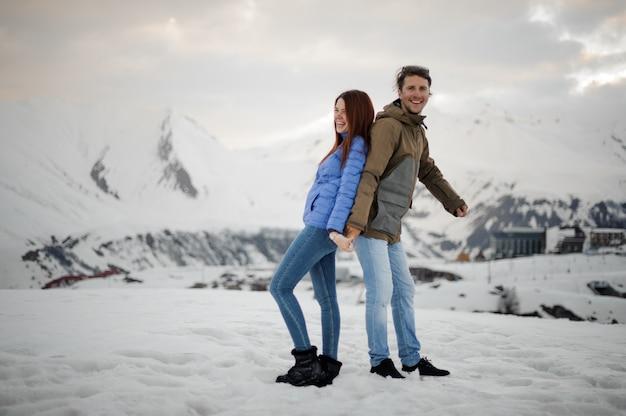 Paar verliefd op de winter plezier in de bergen