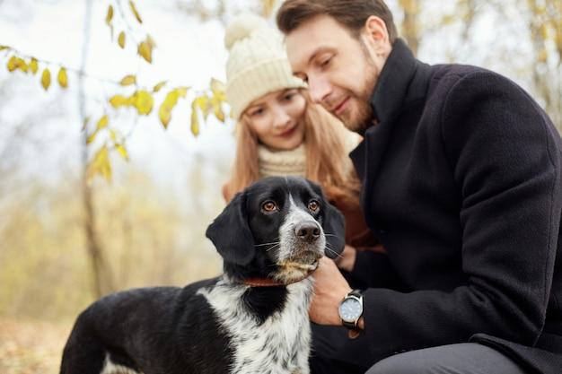 Paar verliefd op een warme herfstdag wandelingen in park