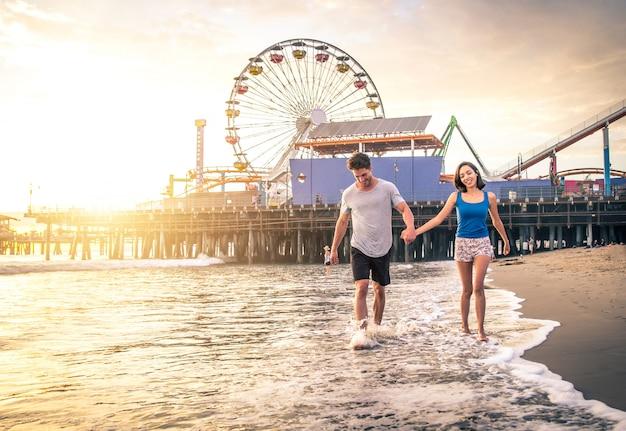 Paar verliefd op het strand