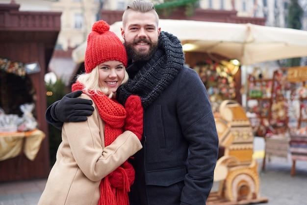Paar verliefd op kerstmarkt